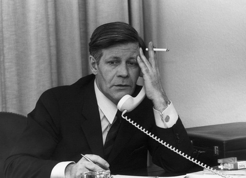 Helmut Schmidt met telefoon en sigaret